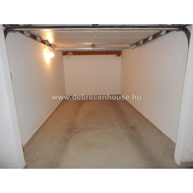 Eladó motoros kapus garázs a Hadházi úton ( uszodánál ). 3.49 m. Ft.