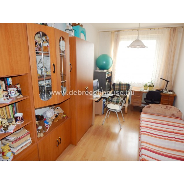 living room + 1 bedroom flat for sale in Cívis utca. 23.99 m. Ft.