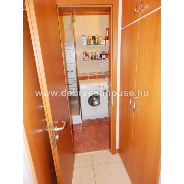 Szent Anna utca, liftes házban, 2 szoba + erkélyes lakás. 29.99 m. Ft.