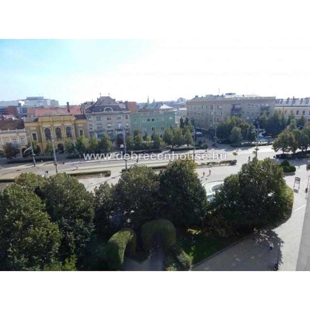 Piac utca, Nagytemplomra néző kilátás, 72 m2-es, 3 szobás lakás. 36.4 m. Ft.