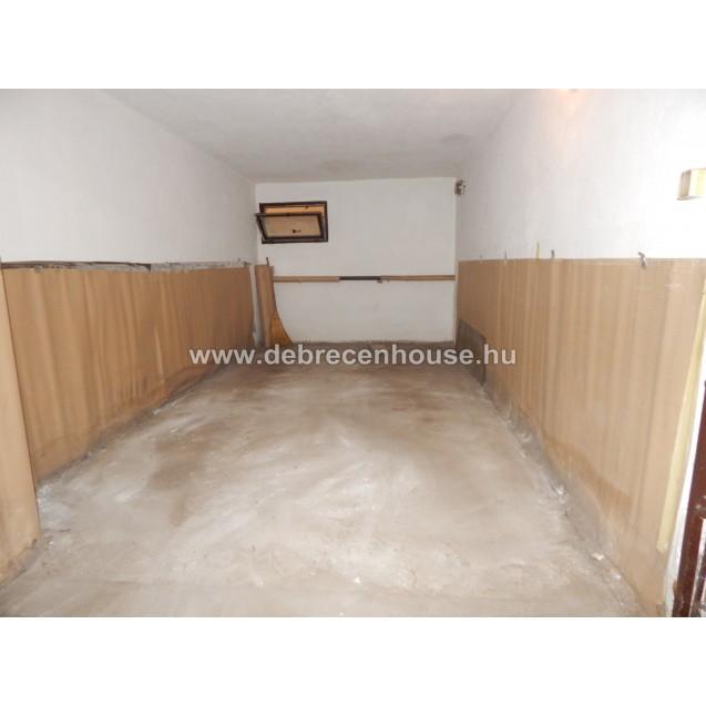 Garage is for rent in Egyetem sugárút. 15.000 Ft.