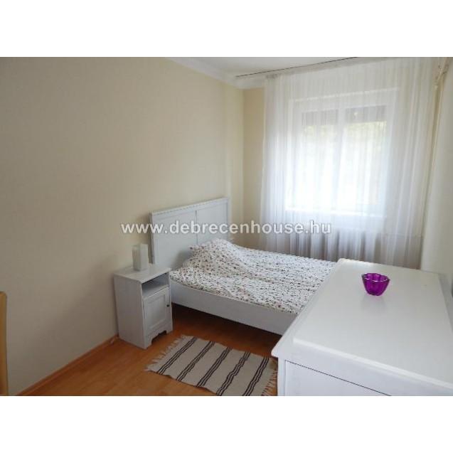 Nagyerdő, Komlóssy úti, n + 3 szobás lakás eladó. 44.9 m. Ft.